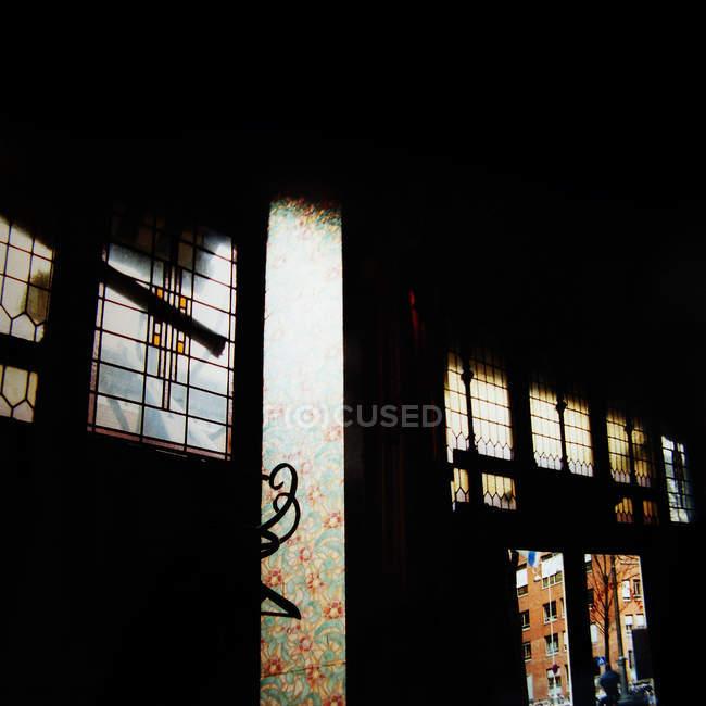 Edificio antiguo con luz viene adentro a través de cristales de ventanas - foto de stock