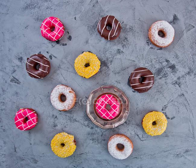 Glasierte Donuts mit bunten Streuseln — Stockfoto