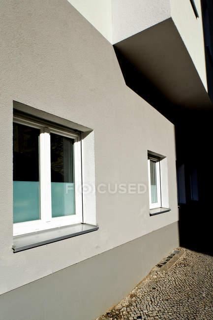 Apartment building facade in city residential area — Stock Photo