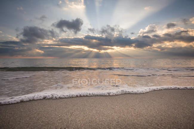 Захід сонця на узбережжі океану — стокове фото