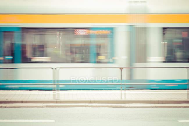 Общественный автобус в движении размытия — стоковое фото