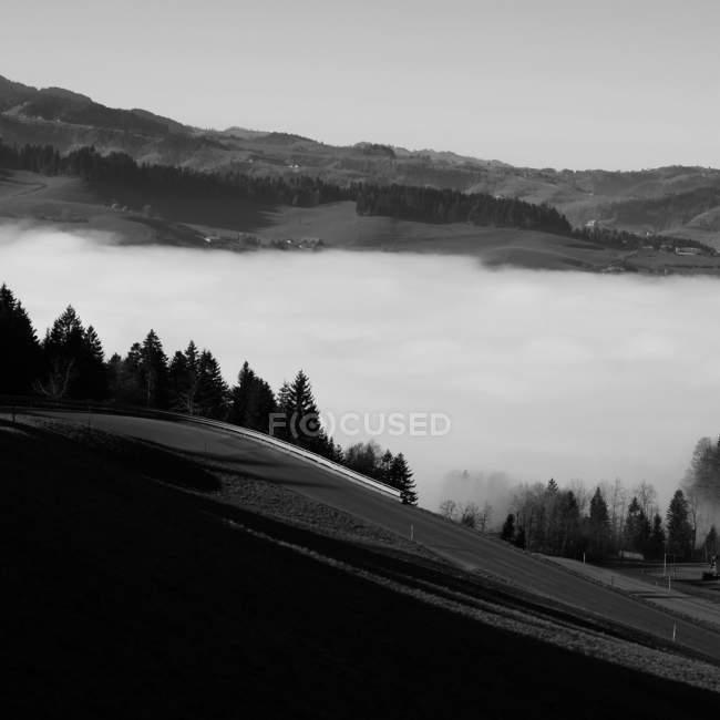 Paisagem cênica montanha coberta com nevoeiro — Fotografia de Stock