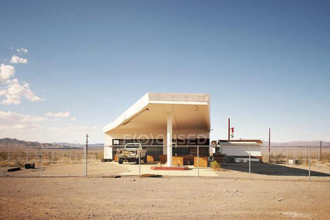 Fermé la station d'essence avec ramassage dans le désert — Photo de stock
