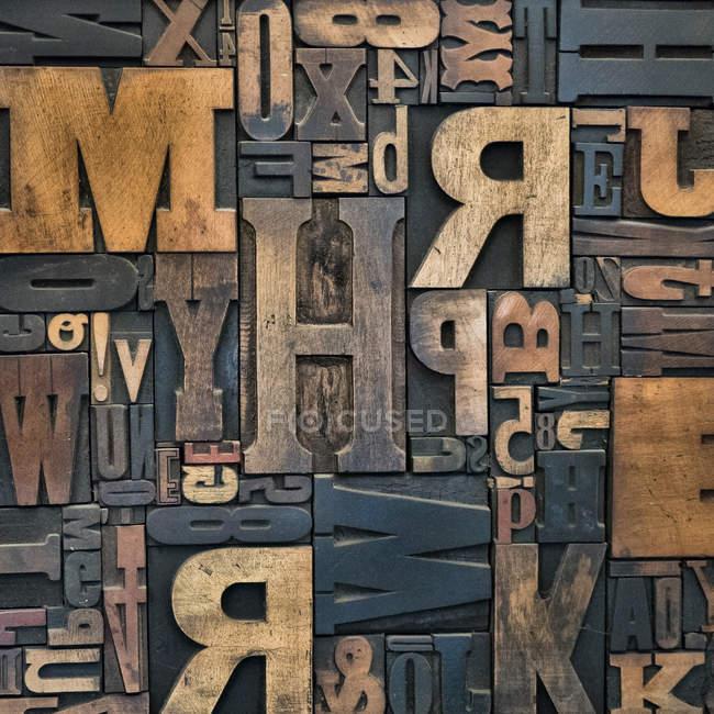 Деревянные текстуры с разными буквами — стоковое фото