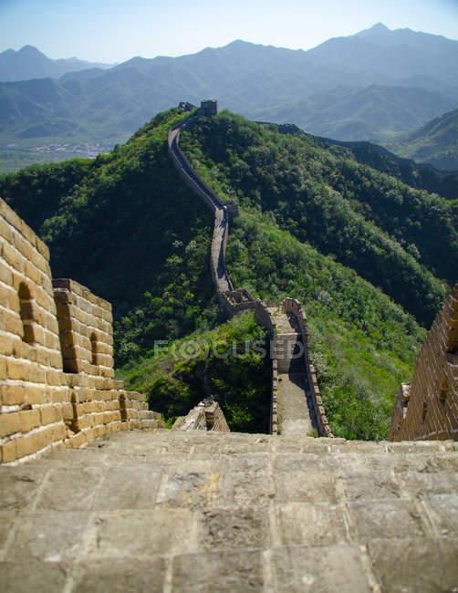 Tagsüber Ansicht der chinesischen Mauer im grünen Berge — Stockfoto