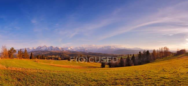 Панорама заснеженных гор Татра весной — стоковое фото