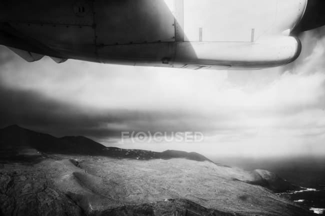 Літак, що летить над землею — стокове фото