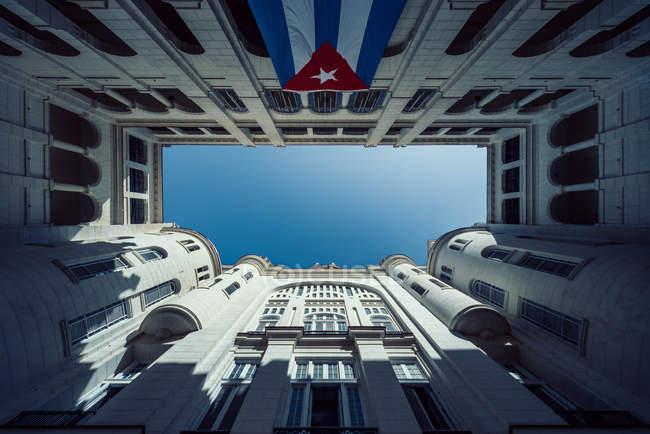 Vista dal basso del Palazzo del governo di Havana con bandiera cubana — Foto stock