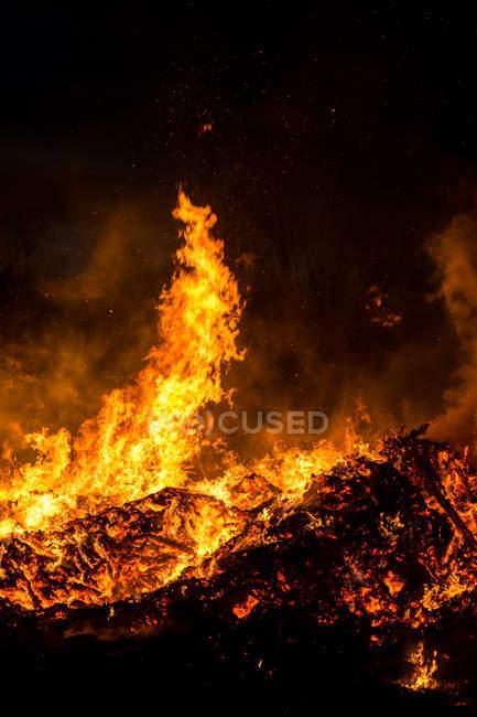 Fire burning at night — Stock Photo