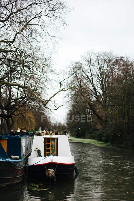 Paquebot amarré par le canal de la ville — Photo de stock