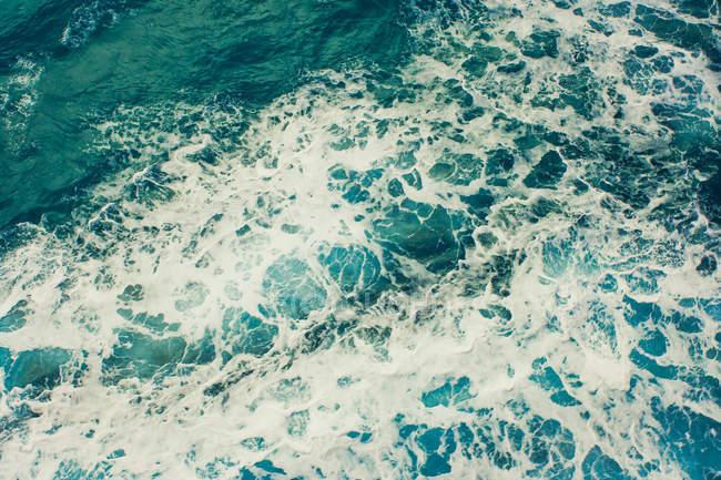 Agitant la texture de surface de l'eau mer — Photo de stock