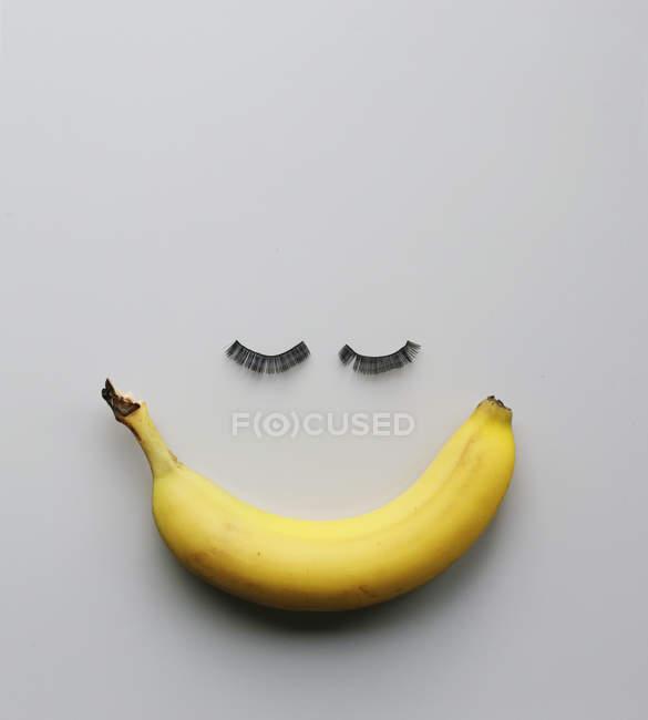 Eine Banane mit Wimpern — Stockfoto