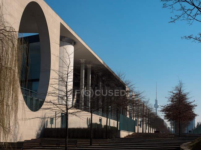 Современный внешний вид, архитектура строительство с отверстием круглой формы — стоковое фото