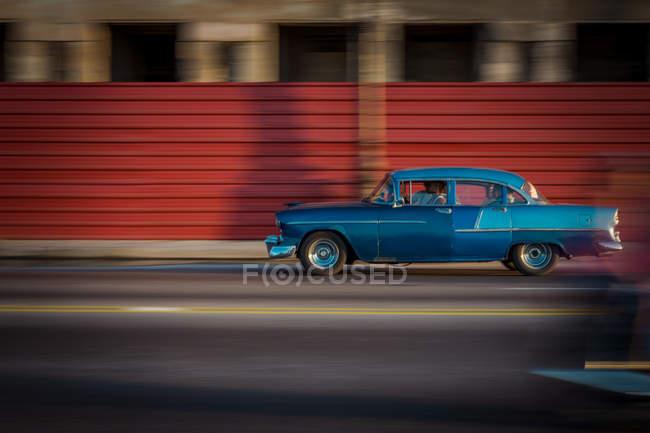 Retro-Auto Bewegungsunschärfe ulica Havanna, Kuba — Stockfoto