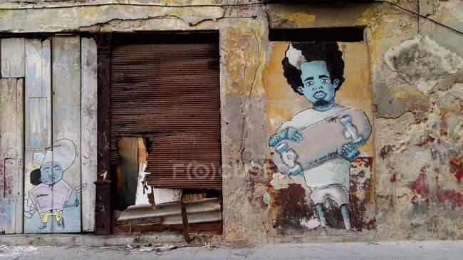 Arte urbano, hombre con el monopatín, la Habana, Cuba - foto de stock