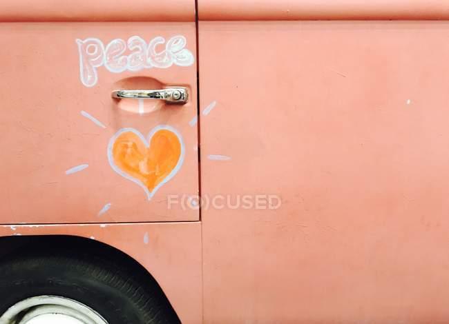 Voiture hippie avec l'art de la paix de coeur, forme et texte — Photo de stock