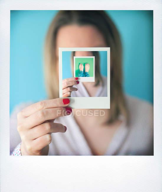 Куповані погляд жінки, що тримає Аналогова фотографія — стокове фото