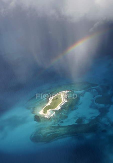 Южная Америка, бирюзовый океан воды с островом и Радуга — стоковое фото