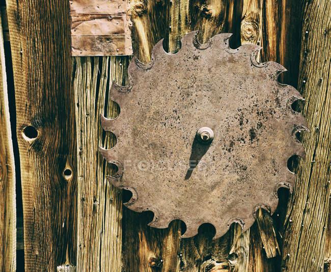 Detailansicht Sägeblatt der alten hängen Holzoberfläche — Stockfoto