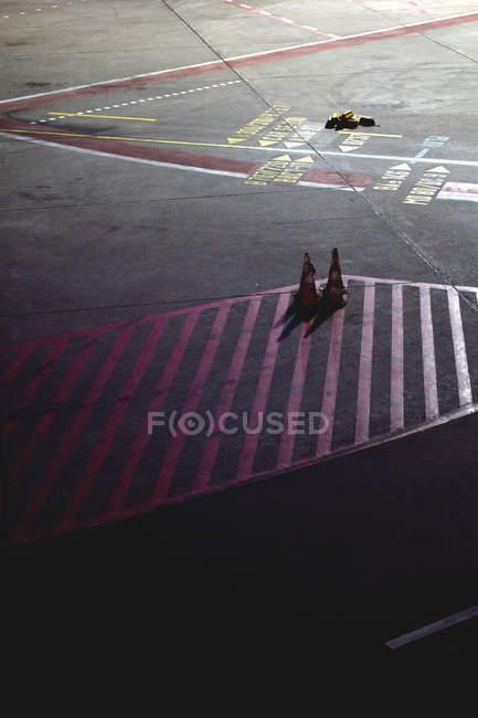 Strada asfaltata con linee geometriche e segni — Foto stock