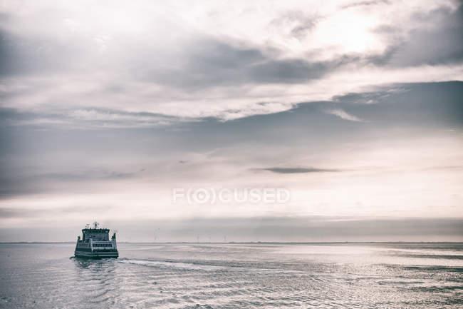 Vue du navire de croisière au paysage marin — Photo de stock
