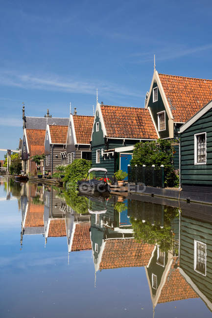 Immeubles d'habitation dans le quartier résidentiel de canal — Photo de stock