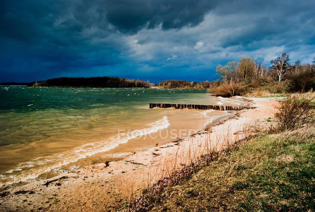Paisagem costeira com praia de areia — Fotografia de Stock