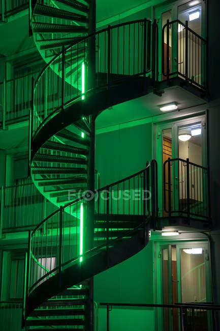 Cortada a visão da escada em caracol na noite — Fotografia de Stock