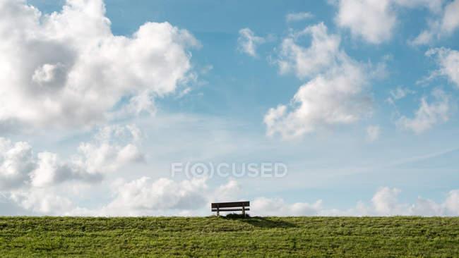 Лавка на травою поле — стокове фото