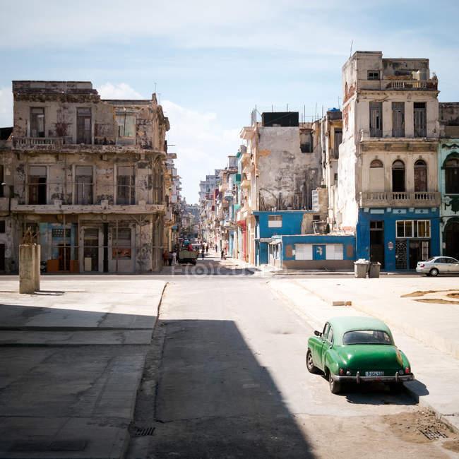 Зеленый ретро автомобиль на улице Гавана в Солнечный свет, Куба — стоковое фото