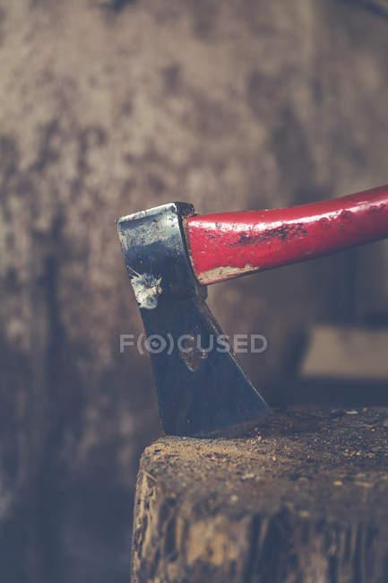 Strumento di ax nel ceppo di legno — Foto stock