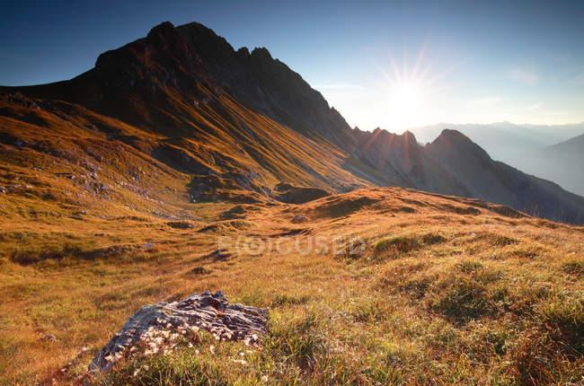 Осенний рассвет в скалистых Альпы — стоковое фото
