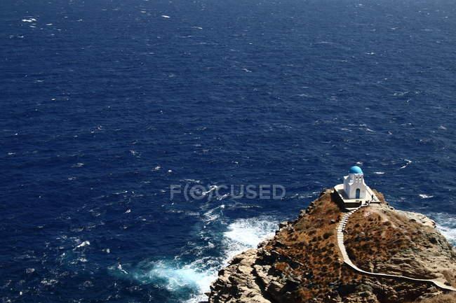 Узбережжя Егейського моря і каплиця будівлі — стокове фото