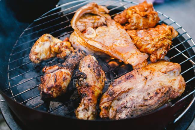 Куриное мясо на гриле — стоковое фото