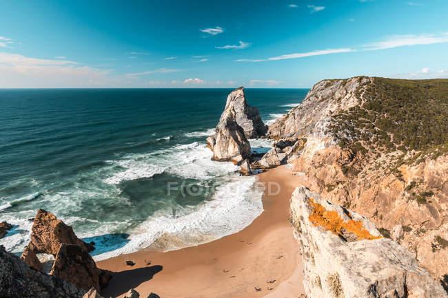 Seelandschaft mit Felsenküste — Stockfoto