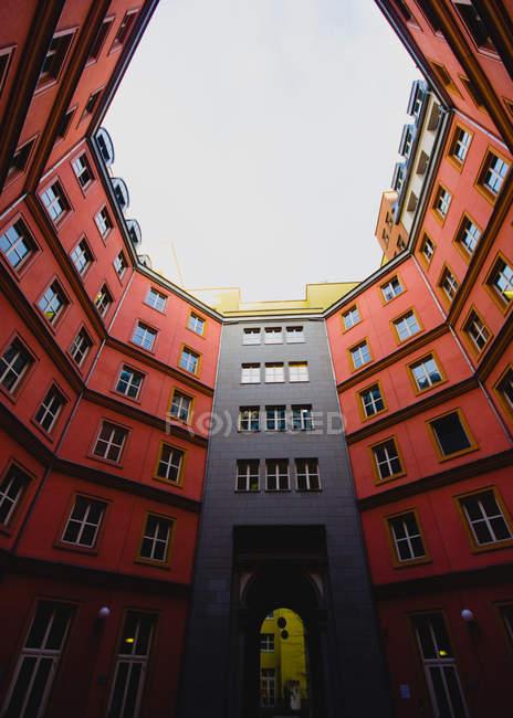 Indows auf architektonische Gebäude — Stockfoto