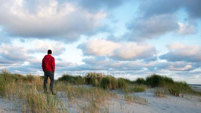 Mann zu fuß am strand — Stockfoto