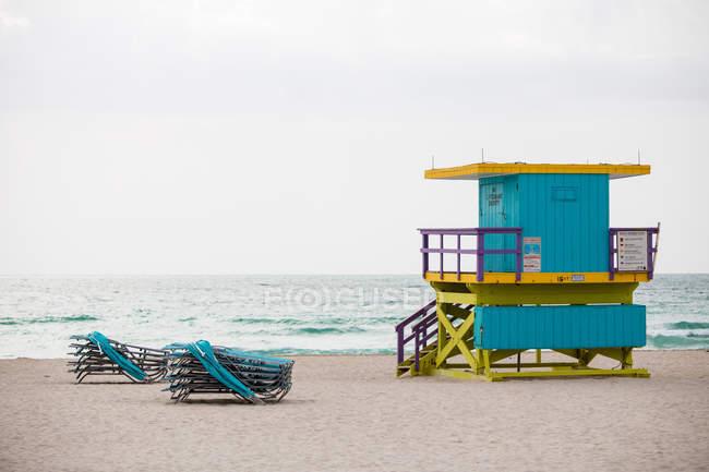 Хижине спасателей и шезлонги на пляже — стоковое фото