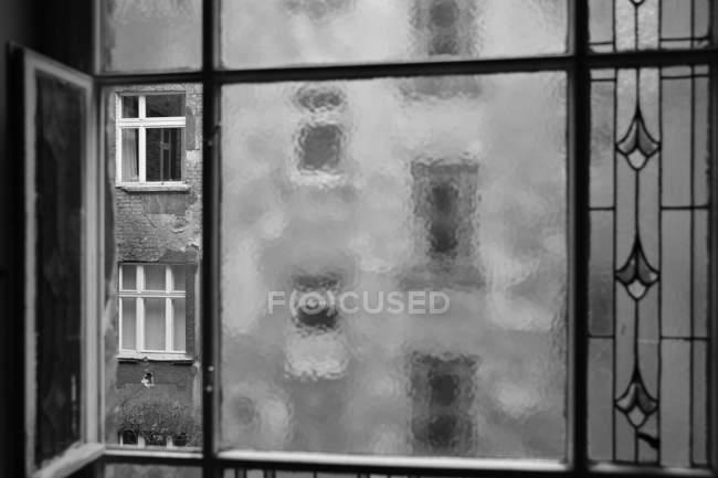 Monochromes Bild des verwitterten Gebäudes in Berlin, Deutschland — Stockfoto