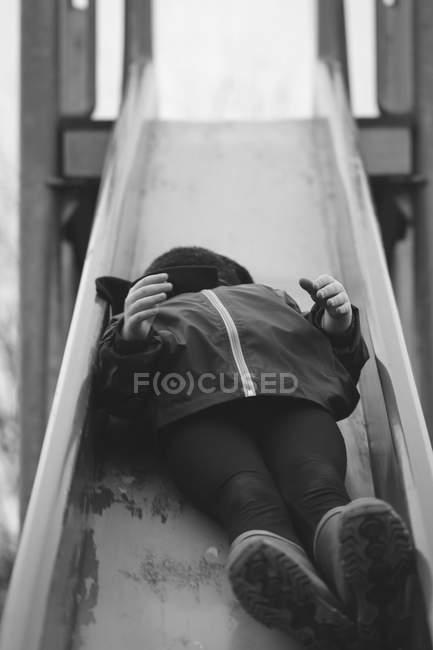 Bambino che ha divertimento Parco giochi Parco giochi per bambini — Foto stock