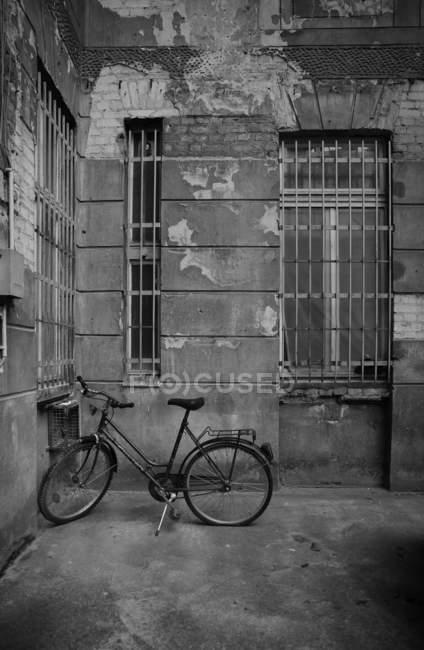 Fahrrad in der Nähe von Altbau — Stockfoto