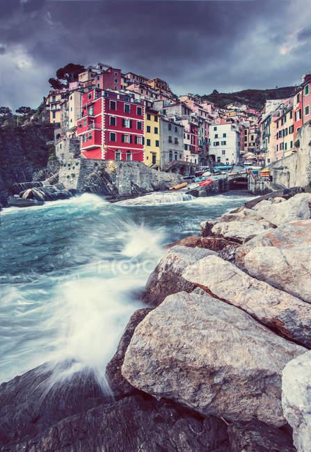 Морський пейзаж з видом на прибережному місті та хвиль, Італія — стокове фото