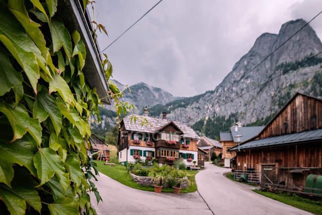 Montanhas austríacas com pequena vila de casas — Fotografia de Stock