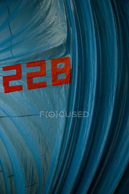 Красные цифры на синий материал — стоковое фото