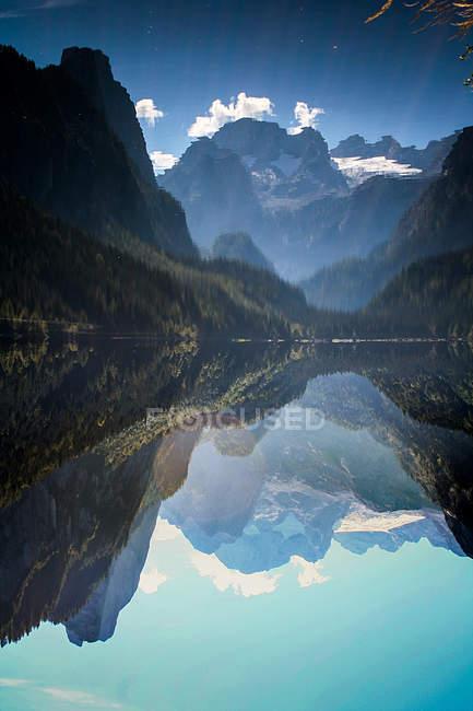 Дзеркальне відображення озера, облямований скелями, ширококутний — стокове фото