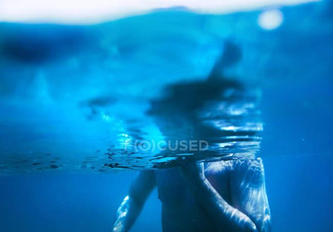 Teilansicht des Menschen unter Wasser — Stockfoto
