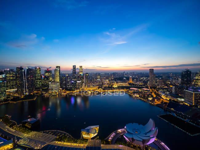 Paisaje iluminado de Singapur - foto de stock