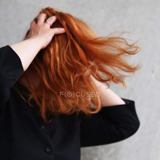 Mulher com cabelo vermelho cobrindo o rosto e tocar a cabeça com as mãos — Fotografia de Stock
