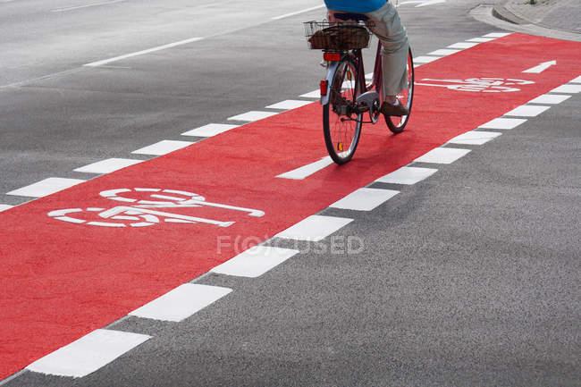 Мужчина верхом велосипед на пути цикла — стоковое фото
