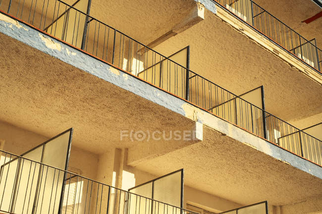 Moderno edificio con terrazas - foto de stock